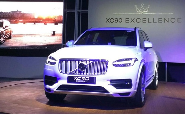 Volvo XC90 T8 Excellence Hybrid Front Side View
